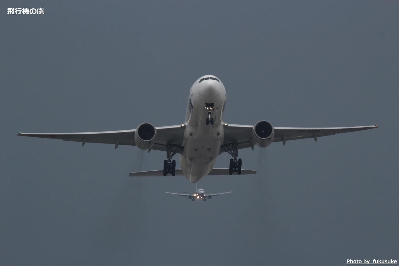 AF不安定 曇り空で撮る777の離陸(328ズーム+テレコン2x)_b0313338_16235990.jpg