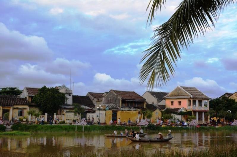 ベトナム・ランコーへの旅 Vol.4 夕景の世界遺産ホイアンと未来のホテルマンたちの笑顔_b0053082_14254720.jpg