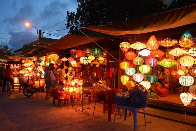 ベトナム・ランコーへの旅 Vol.4 夕景の世界遺産ホイアンと未来のホテルマンたちの笑顔_b0053082_1454580.jpg