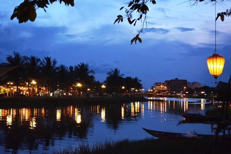 ベトナム・ランコーへの旅 Vol.4 夕景の世界遺産ホイアンと未来のホテルマンたちの笑顔_b0053082_1584524.jpg