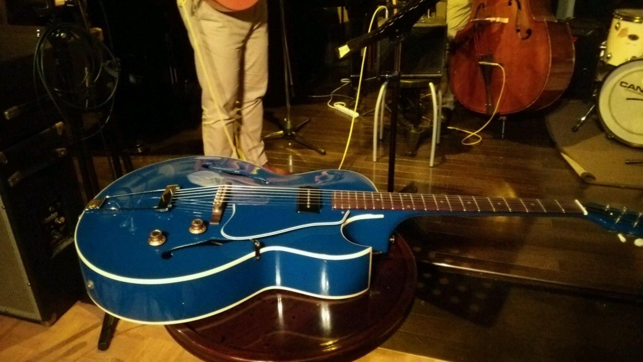 鮮やかなブルーに変身した1960年製ギブソンES120ギター。_e0119092_12533789.jpg