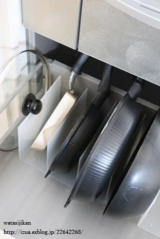キッチンに無印の仕切りスタンド_e0214646_1434220.jpg