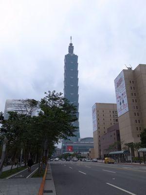 台北101タワーと麓の集落_d0147406_19242067.jpg