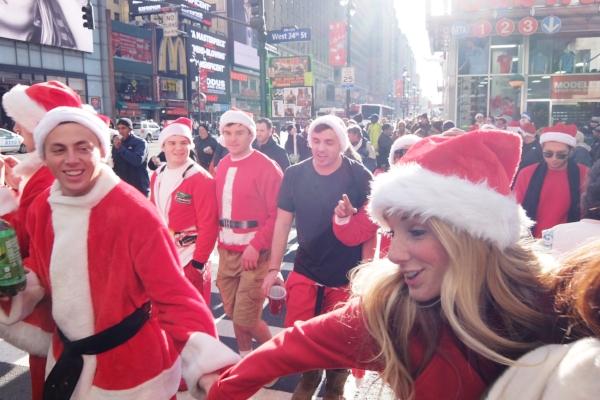 今年もニューヨークに大勢のサンタさんが出没 SantaCon 2014_b0007805_12111515.jpg