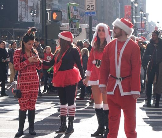 今年もニューヨークに大勢のサンタさんが出没 SantaCon 2014_b0007805_12225258.jpg
