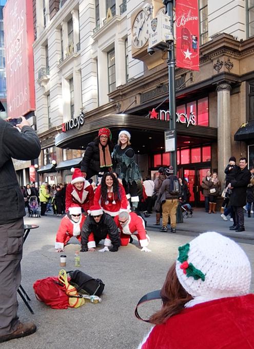 今年もニューヨークに大勢のサンタさんが出没 SantaCon 2014_b0007805_12312274.jpg