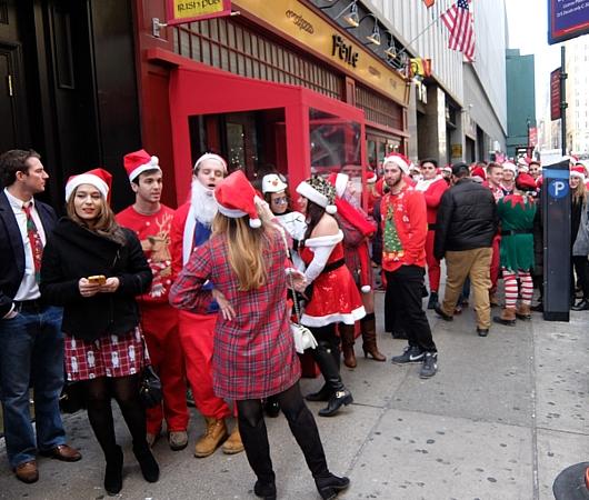 今年もニューヨークに大勢のサンタさんが出没 SantaCon 2014_b0007805_12334314.jpg