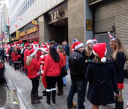 今年もニューヨークに大勢のサンタさんが出没 SantaCon 2014_b0007805_12374256.jpg