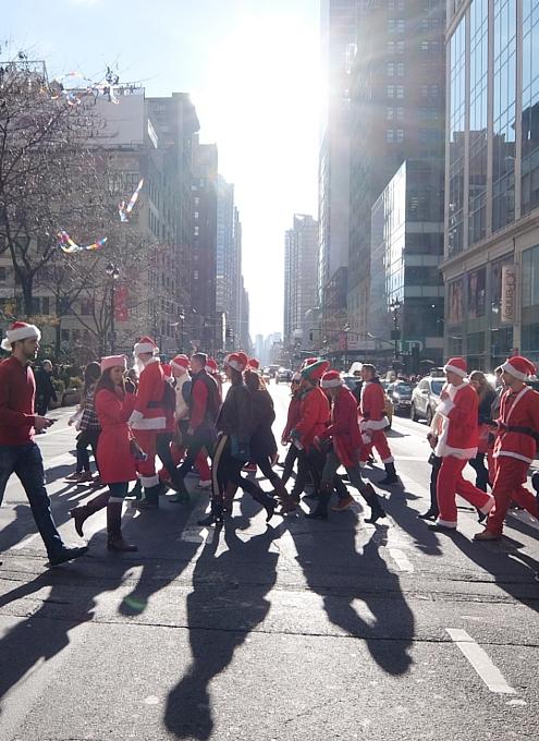 今年もニューヨークに大勢のサンタさんが出没 SantaCon 2014_b0007805_1272696.jpg