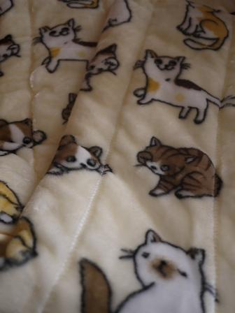 【ゆきねこ雑貨店】あったかふわふわにっこり猫ちゃんいっぱい毛布敷きパッド。_a0143140_1354627.jpg