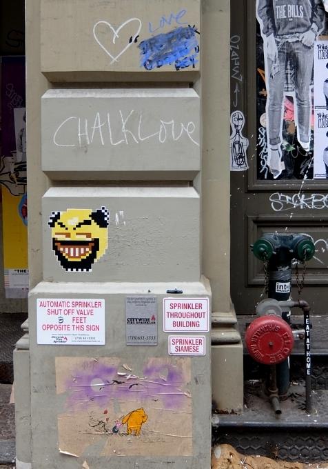 SOHOにステッカー、ポスター、チョークの街角アート増加中_b0007805_2263037.jpg