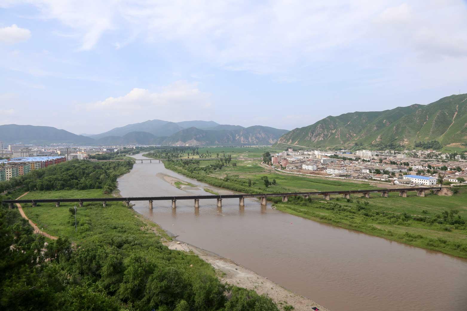 図們から対岸の南陽(北朝鮮)の町を眺める_b0235153_14241960.jpg