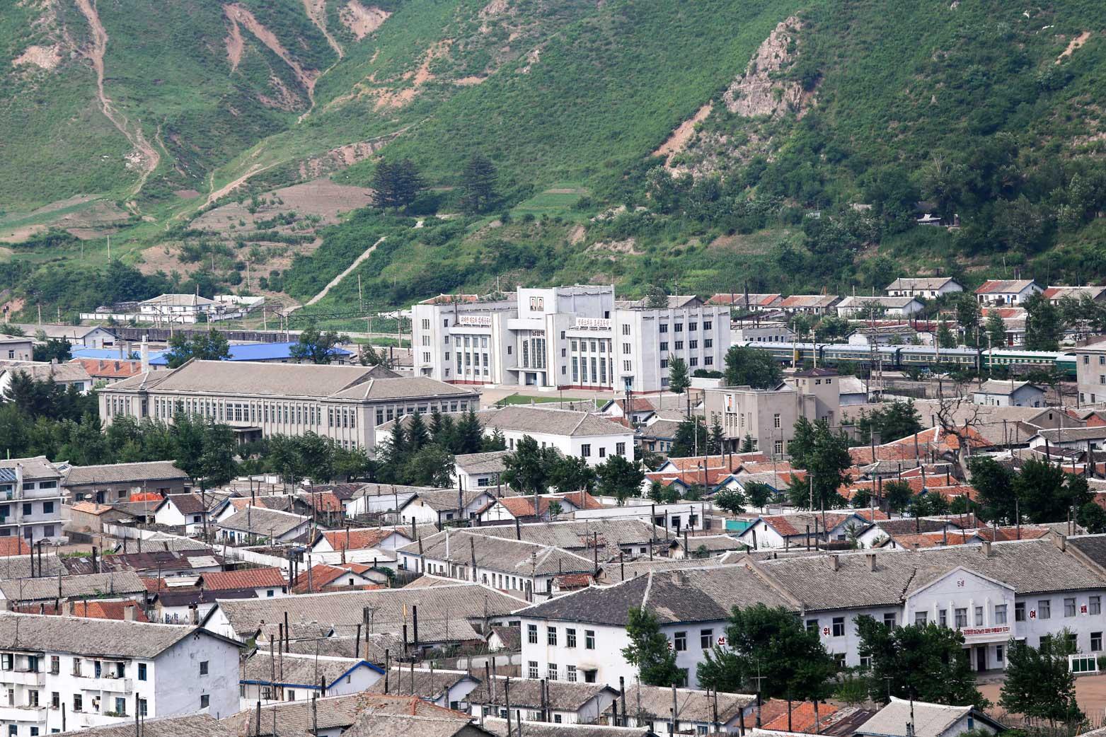 図們から対岸の南陽(北朝鮮)の町を眺める_b0235153_14252068.jpg