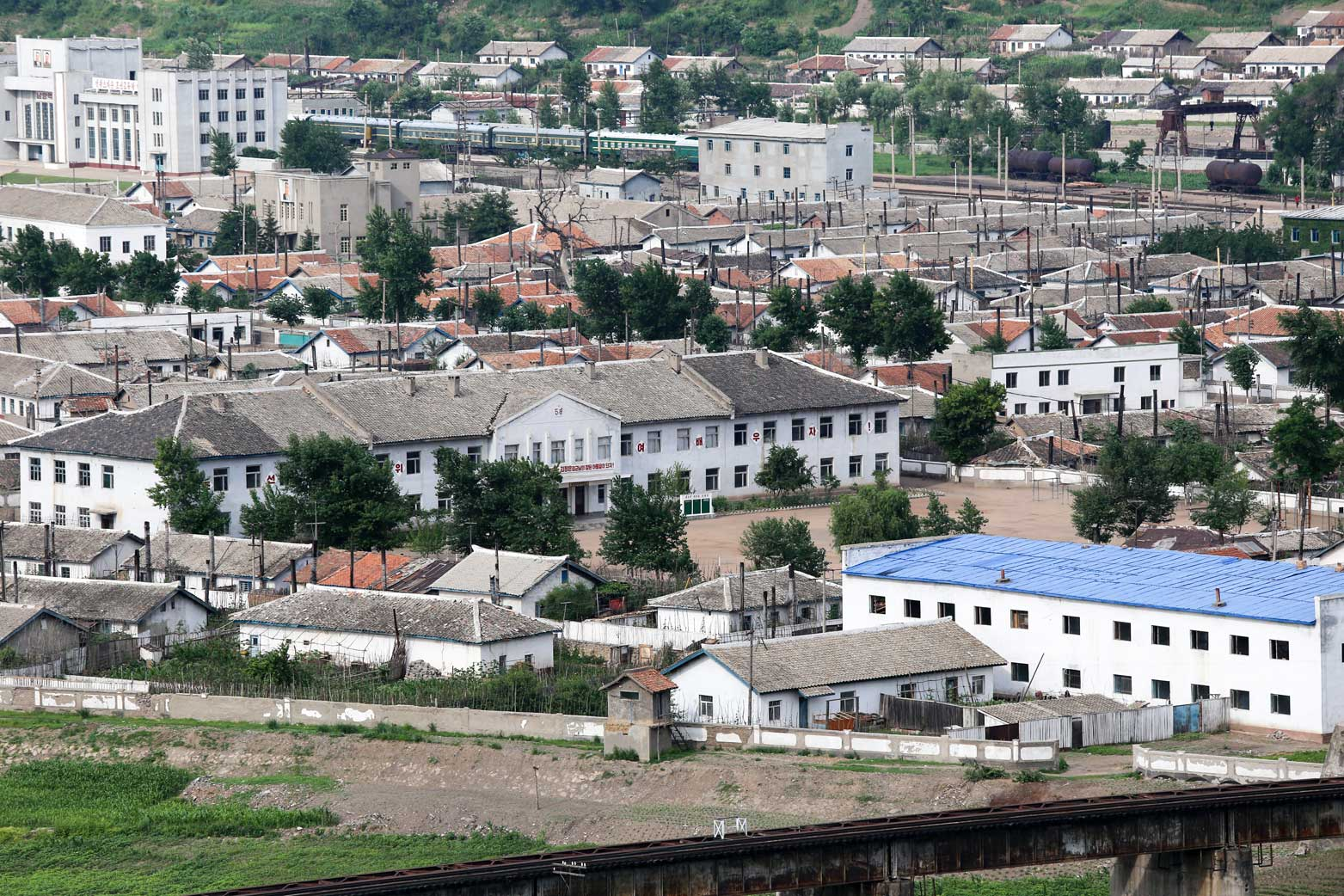 図們から対岸の南陽(北朝鮮)の町を眺める_b0235153_14254757.jpg