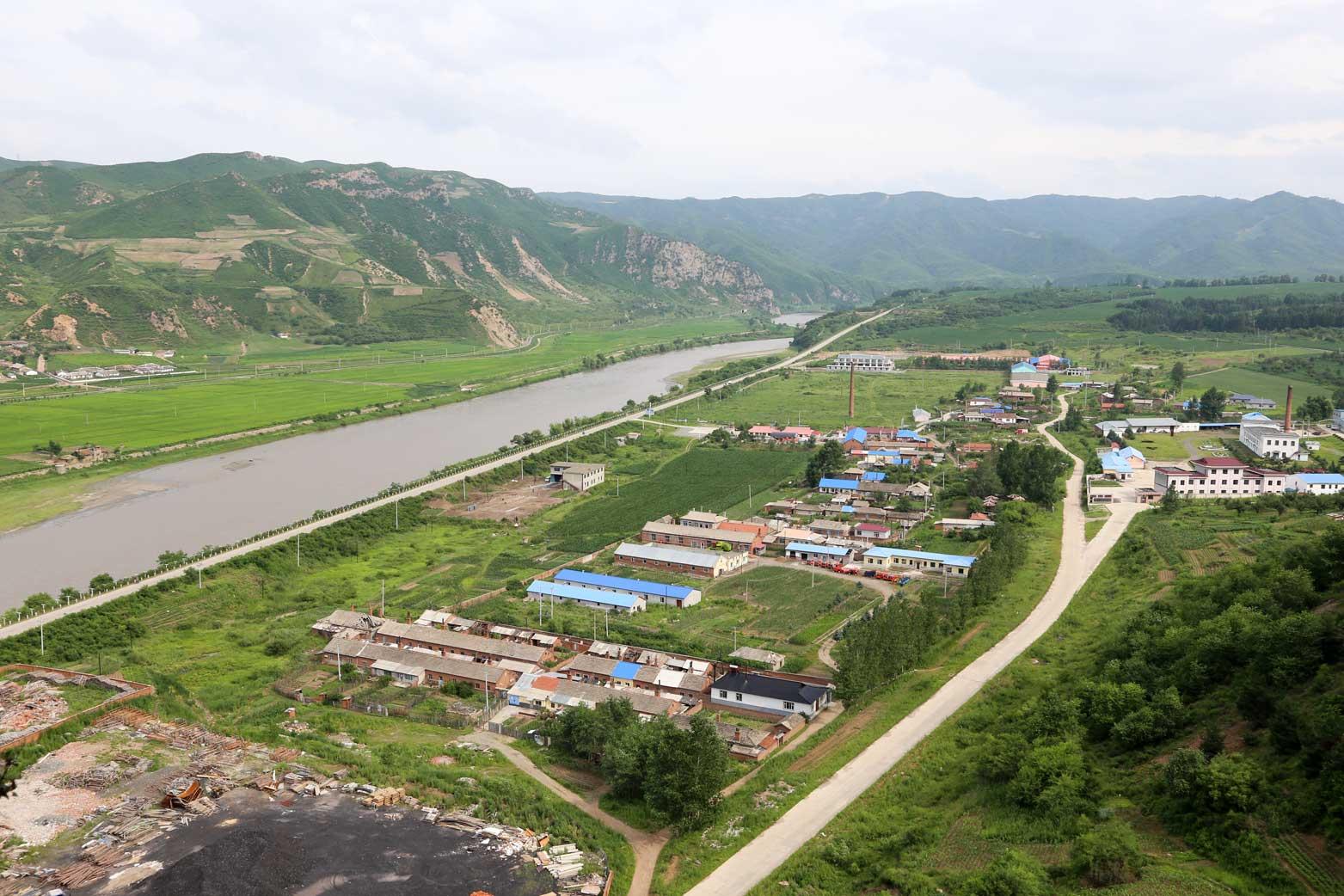 図們から対岸の南陽(北朝鮮)の町を眺める_b0235153_14265699.jpg