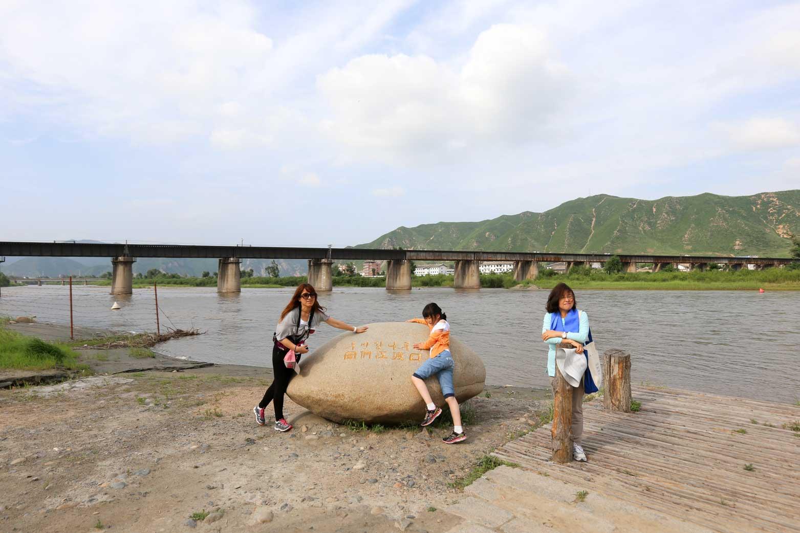 図們から対岸の南陽(北朝鮮)の町を眺める_b0235153_14281538.jpg