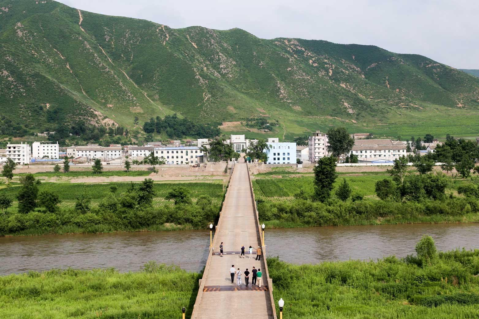 図們から対岸の南陽(北朝鮮)の町を眺める_b0235153_14293334.jpg