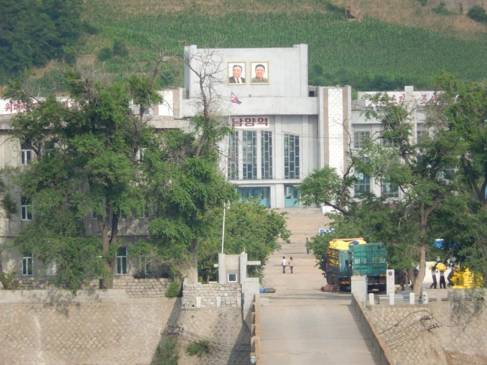 図們から対岸の南陽(北朝鮮)の町を眺める_b0235153_14294614.jpg