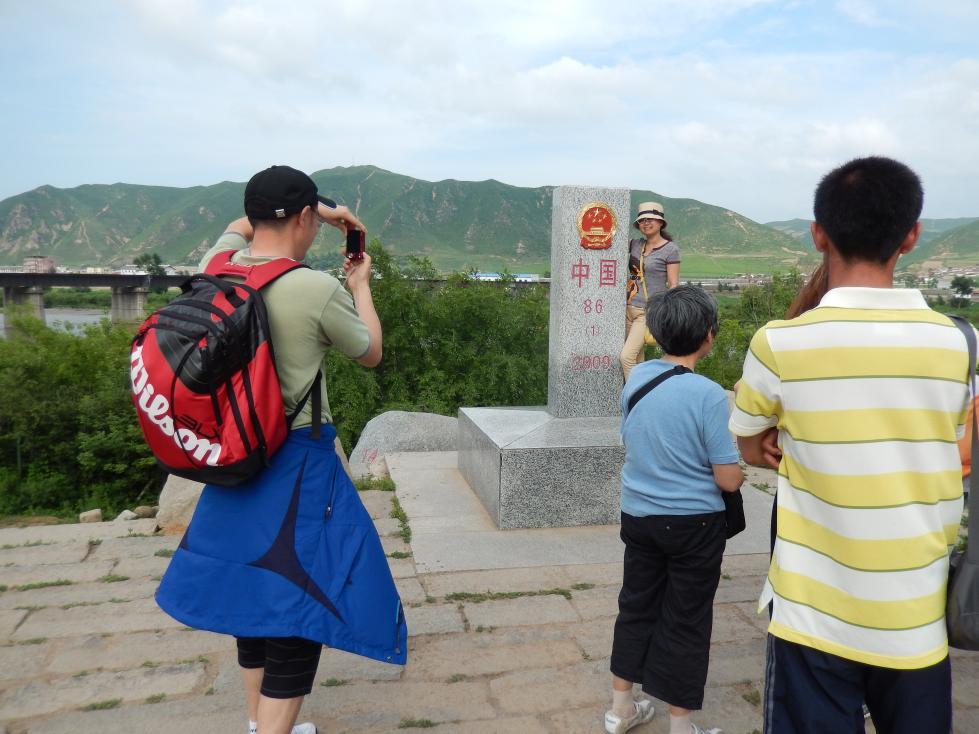 図們から対岸の南陽(北朝鮮)の町を眺める_b0235153_1442870.jpg