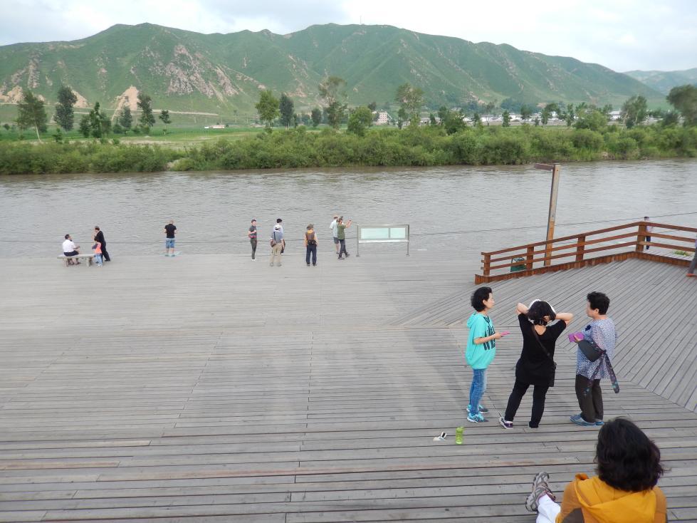 図們江で遊覧ボート乗船。草むらからこちらを覗く北朝鮮兵にドキリ_b0235153_16132993.jpg