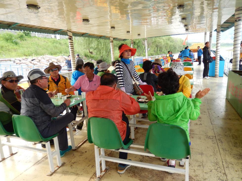 図們江で遊覧ボート乗船。草むらからこちらを覗く北朝鮮兵にドキリ_b0235153_16142283.jpg