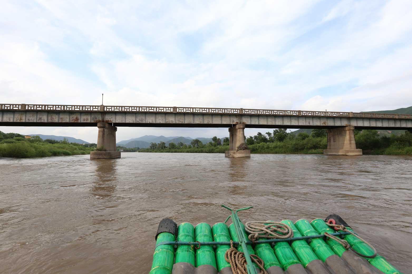 図們江で遊覧ボート乗船。草むらからこちらを覗く北朝鮮兵にドキリ_b0235153_1614348.jpg