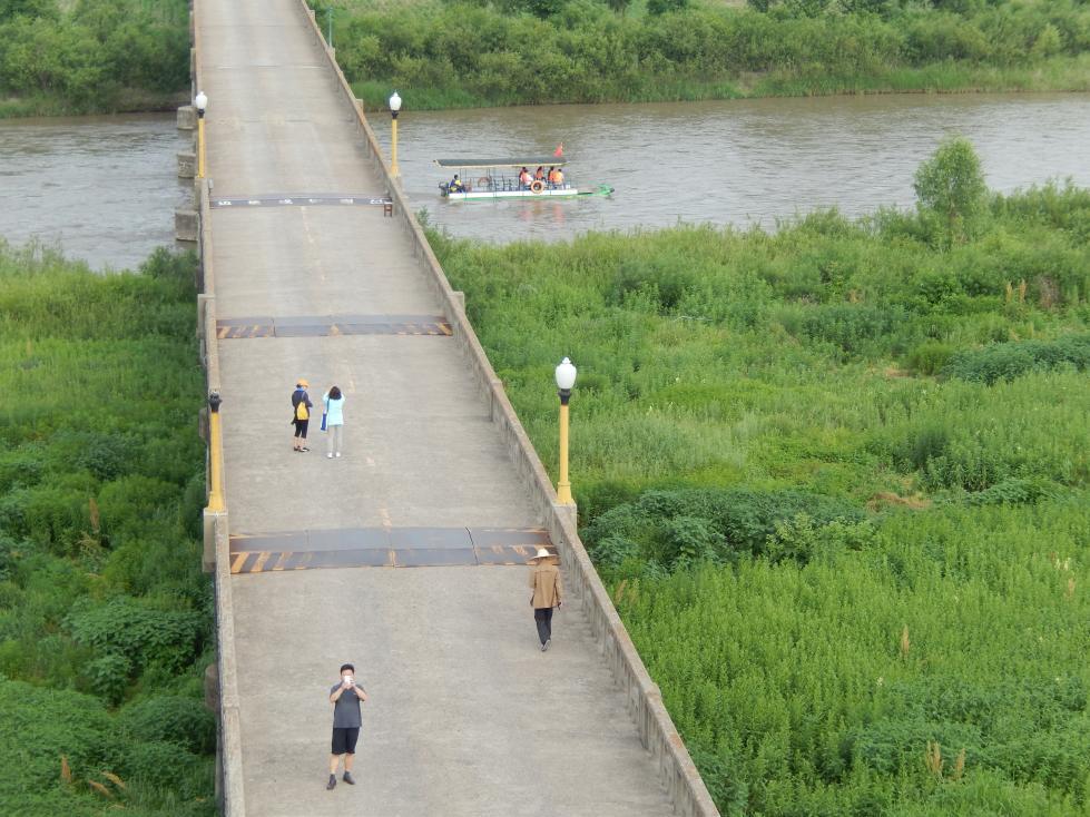 図們江で遊覧ボート乗船。草むらからこちらを覗く北朝鮮兵にドキリ_b0235153_16154212.jpg