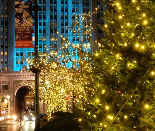 丸ごとクリスマス・ライトアップされるグランドセントラル駅のビル_b0007805_1926429.jpg
