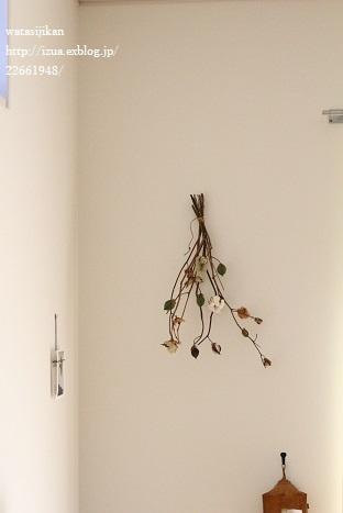 玄関に置いた物と壁に飾った物_e0214646_22252115.jpg