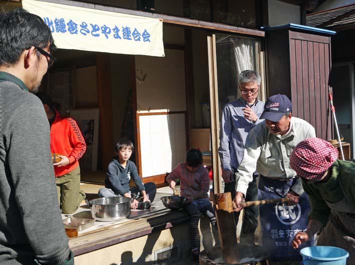 台峯の麓、カッちゃん邸餅つき大会に参加者110人:12・23_c0014967_21335992.jpg