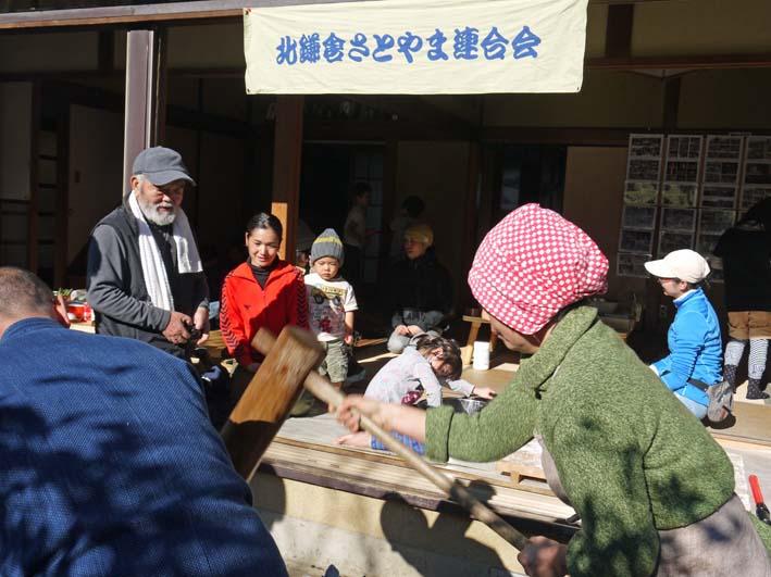 台峯の麓、カッちゃん邸餅つき大会に参加者110人:12・23_c0014967_21341633.jpg