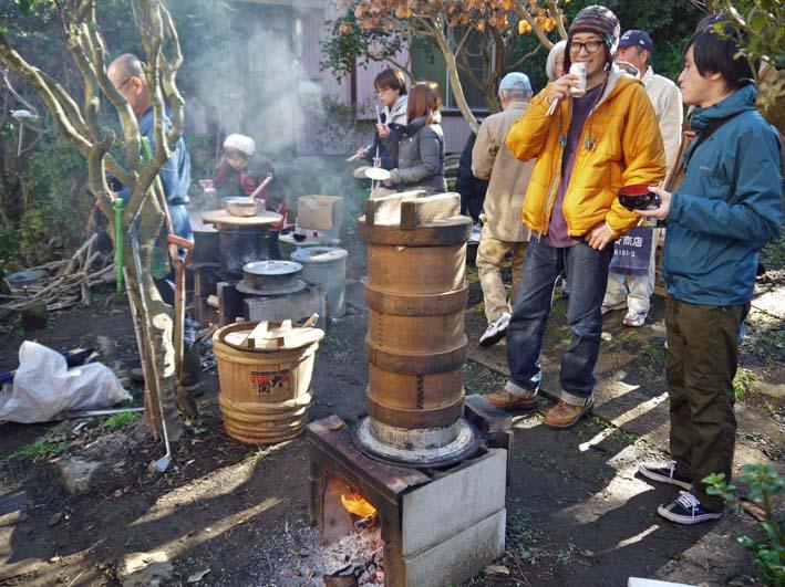 台峯の麓、カッちゃん邸餅つき大会に参加者110人:12・23_c0014967_21345023.jpg