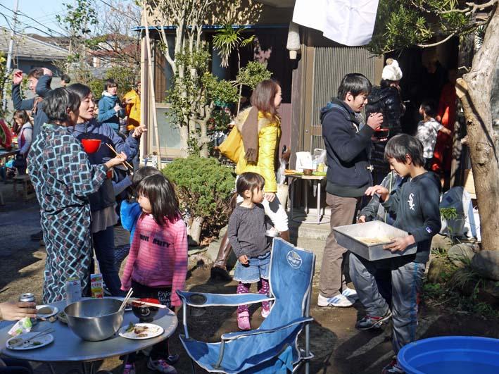 台峯の麓、カッちゃん邸餅つき大会に参加者110人:12・23_c0014967_21351684.jpg