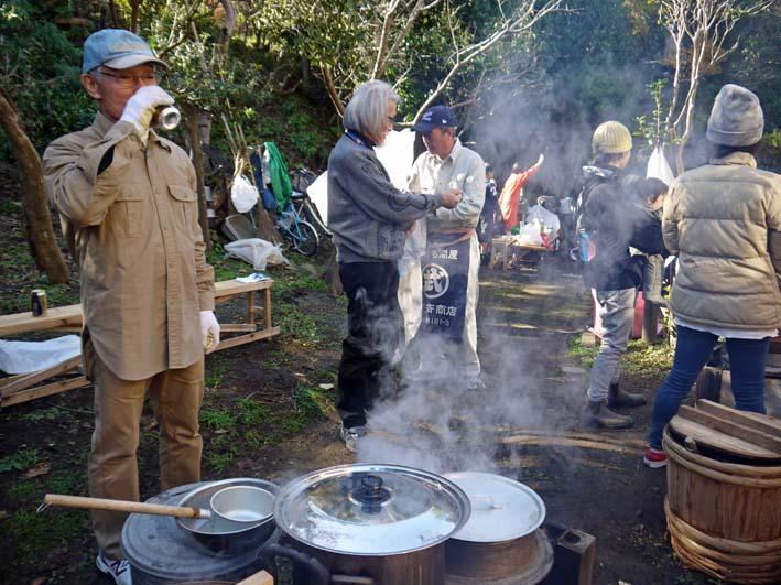 台峯の麓、カッちゃん邸餅つき大会に参加者110人:12・23_c0014967_21373019.jpg