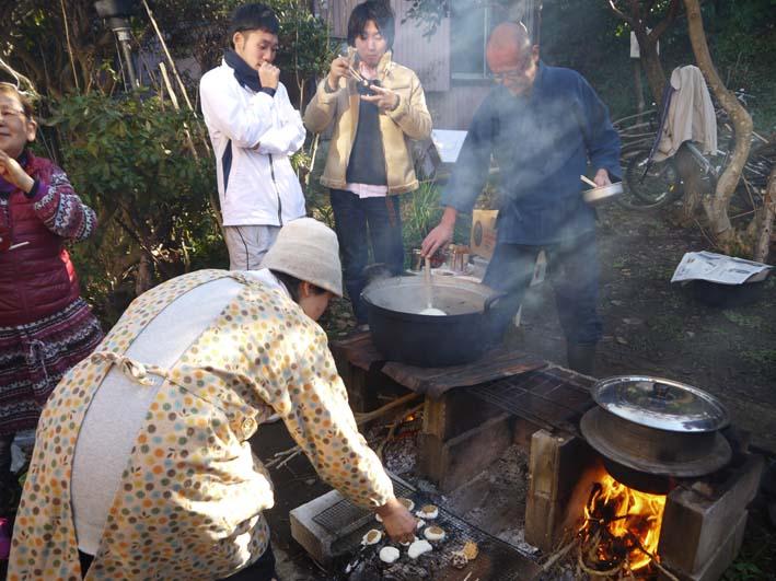 台峯の麓、カッちゃん邸餅つき大会に参加者110人:12・23_c0014967_21374432.jpg