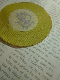 embroidery     くるみボタンをインテリアに♪_a0165160_07104343.jpg