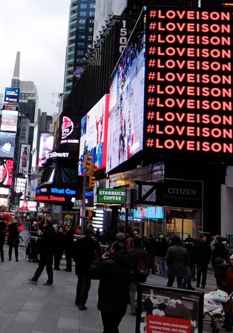 レブロンのLove is on(愛が入ってる)巨大ビルボード・スクリーンがNYに登場中 #LOVEISON_b0007805_2317014.jpg