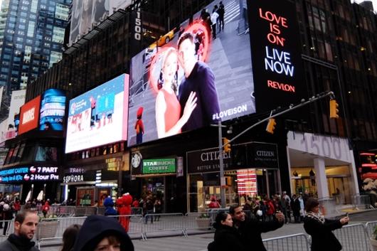 レブロンのLove is on(愛が入ってる)巨大ビルボード・スクリーンがNYに登場中 #LOVEISON_b0007805_23171878.jpg