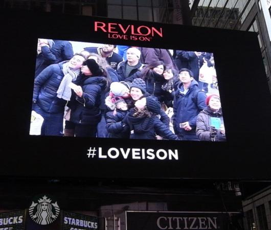レブロンのLove is on(愛が入ってる)巨大ビルボード・スクリーンがNYに登場中 #LOVEISON_b0007805_23174271.jpg