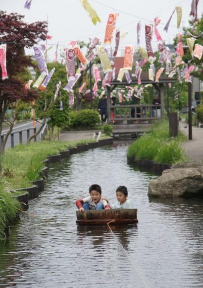 仲良し兄弟のたらい舟 川上 勝正さん 江川せせらぎ遊歩道で撮影