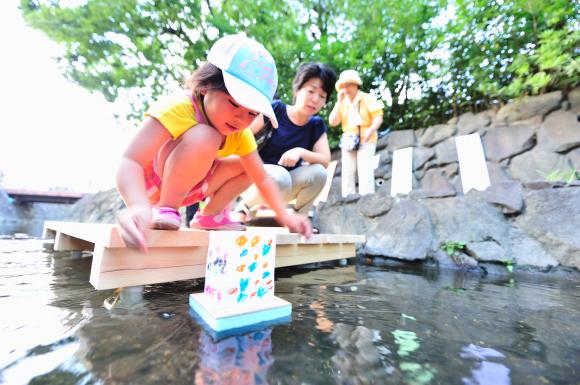 二ヶ領用水で夏の想い出、灯篭流し 市川毅さん 二ヶ領用水で撮影