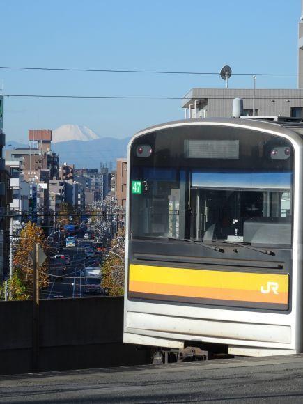 南武線と富士山 慶田 真樹さん JR武蔵中原駅ホームで撮影