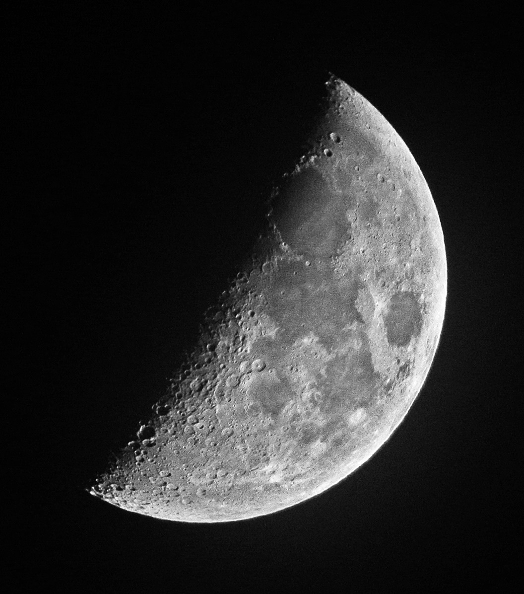 薄雲越しの月(2014年12月28日、月齢6.3)_e0089232_17403621.jpg