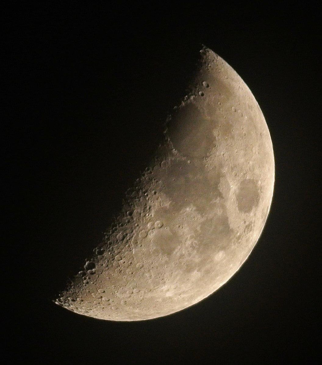 薄雲越しの月(2014年12月28日、月齢6.3)_e0089232_17403628.jpg