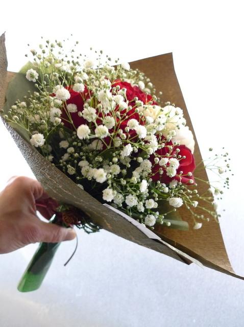 クリスマスの花束。「赤バラと白バラとカスミ草を使って」。_b0171193_14465792.jpg