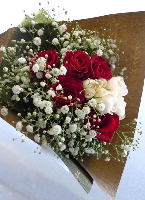クリスマスの花束。「赤バラと白バラとカスミ草を使って」。_b0171193_14470214.jpg