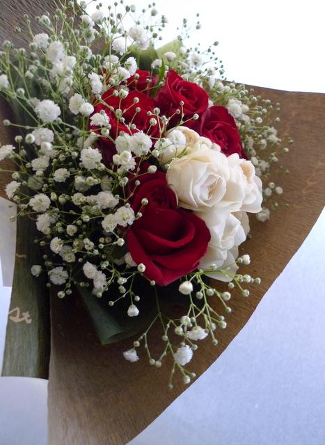 クリスマスの花束。「赤バラと白バラとカスミ草を使って」。_b0171193_14470800.jpg