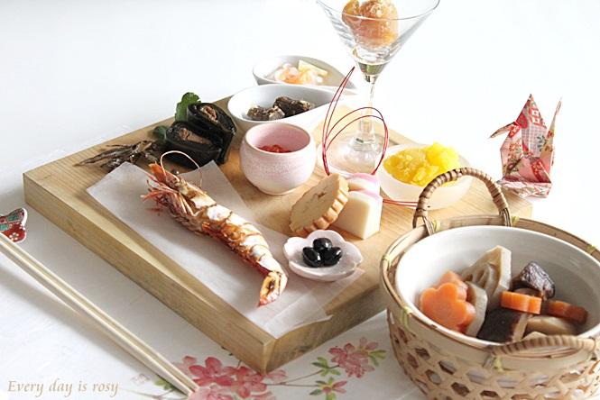 見た目が上品!木製の板に並べられた正統派おせち料理