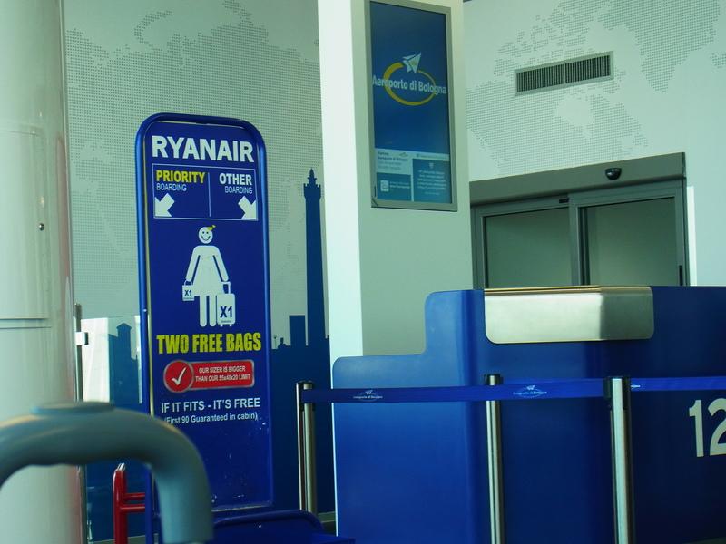 ボローニャ空港 ライアンエアー_b0326809_16142525.jpg