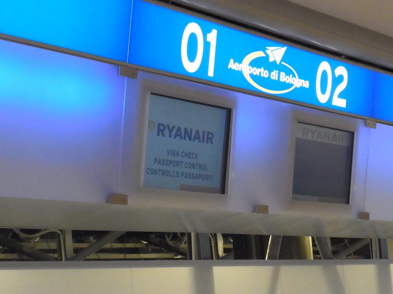 ボローニャ空港 ライアンエアー_b0326809_1653337.jpg
